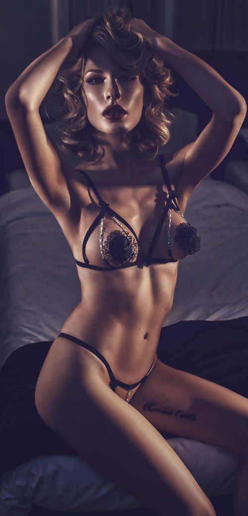 Dámský erotický komplet s otevřenými kalhotkami i podprsenkou